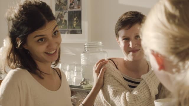 vidéos et rushes de women talking and laughing in cafe. - vie sociale