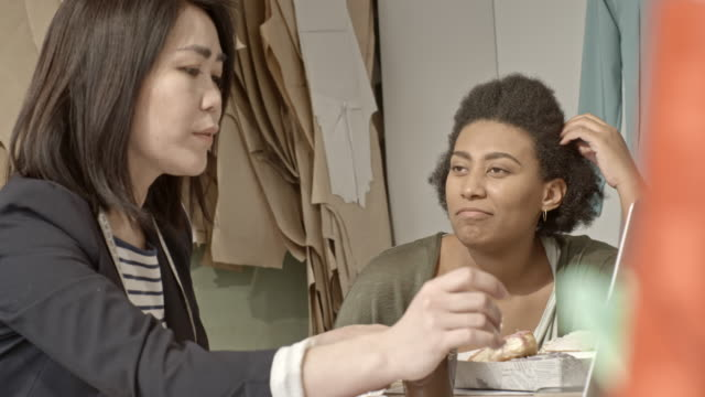 women talking and working in sewing workshop - パタンナー点の映像素材/bロール