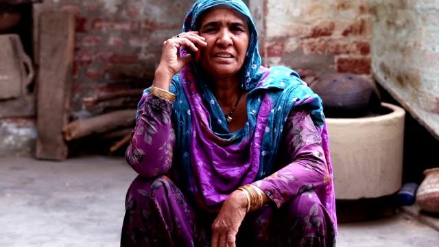 Frauen reden auf Smartphone