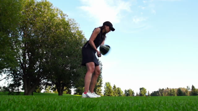 women tees off - teeing off stock videos & royalty-free footage
