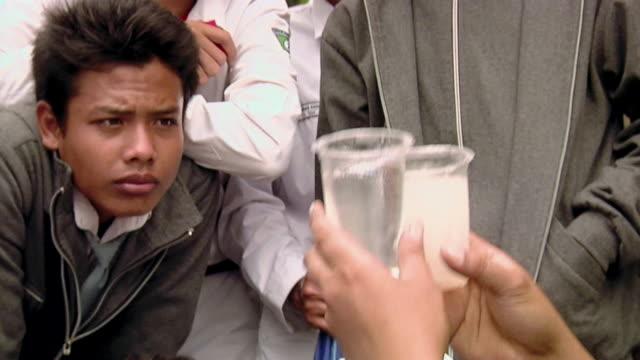 vidéos et rushes de cu td women testing polluted  river water / surabaya, east java, indonesia - inclinaison vers le bas