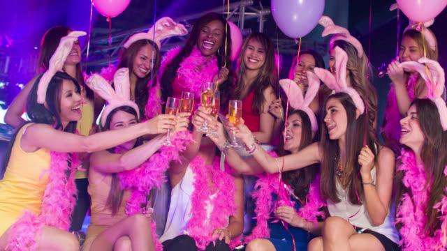vídeos de stock, filmes e b-roll de mulheres que brindar em uma festa de despedida de solteira - despedida de solteira