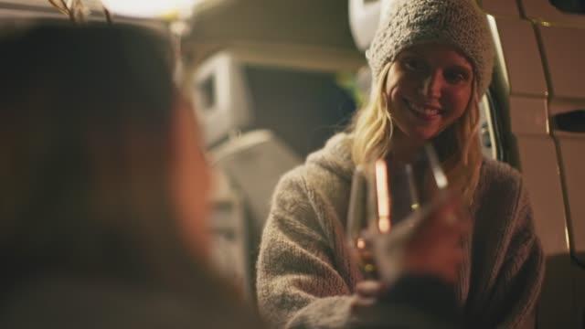 vidéos et rushes de les femmes grillage des boissons pendant le camping la nuit - camping