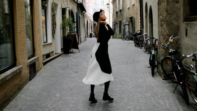 旧市街を歩く女性観光客 - ウィンターコート点の映像素材/bロール