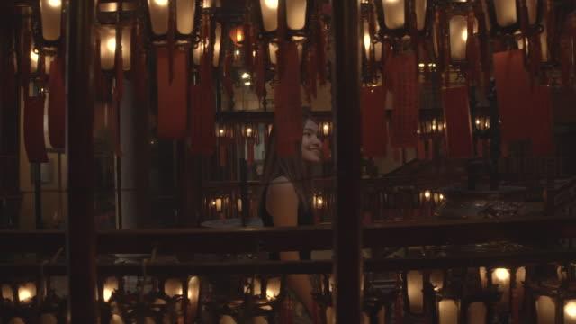 女性観光客がマンモー寺院、香港を訪れる - ハリウッドロード点の映像素材/bロール