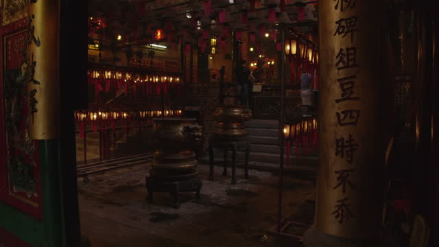 女性観光客がマンモー寺院、香港を訪問する - ハリウッドロード点の映像素材/bロール