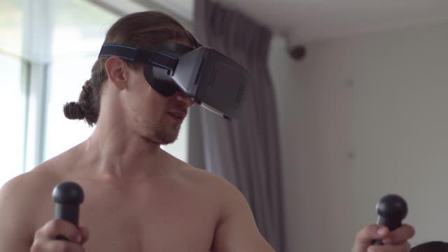 frauentrainer trainiert einen mann mit simulation in vr - heimtrainer stock-videos und b-roll-filmmaterial