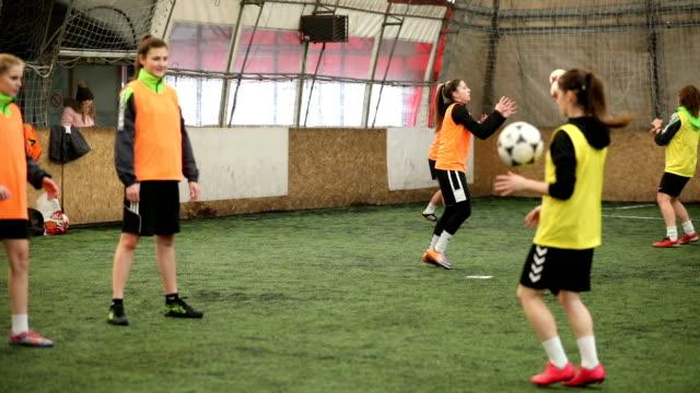 stockvideo's en b-roll-footage met vrouwen voetbal training - sportteam