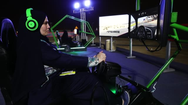 women trie out a car driving simulator during an outdoor educational driving event for women on june 21 2018 in jeddah saudi arabia saudi arabia is... - censura video stock e b–roll