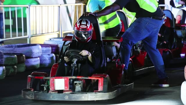 vídeos de stock, filmes e b-roll de women try out driving gokarts at an outdoor educational driving event for women on june 21 2018 in jeddah saudi arabia saudi arabia is scheduled to... - vestimenta religiosa