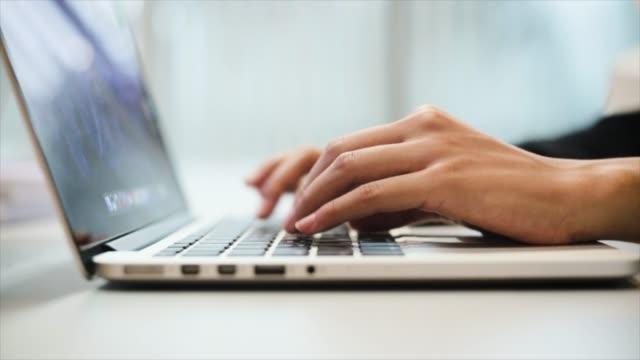 vídeos y material grabado en eventos de stock de mujeres escribiendo en el teclado del ordenador portátil, close-up - con mucha luz