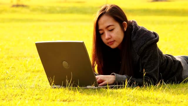 stockvideo's en b-roll-footage met women typing on laptop - motorkap