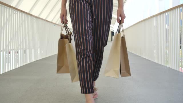vídeos y material grabado en eventos de stock de las mujeres usan bolsas de papel para ir de compras. - bolsa reutilizable