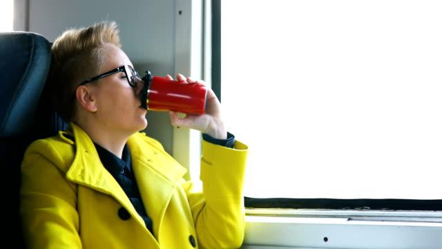 Frauen, die mit ihrem Handy im Zug