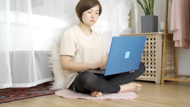 在臥室使用筆記型電腦的婦女 - 三四十歲的人 個影片檔及 b 捲影像