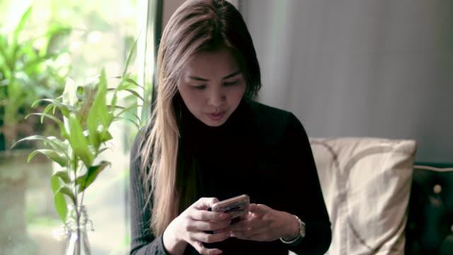 女性の携帯電話を使用する