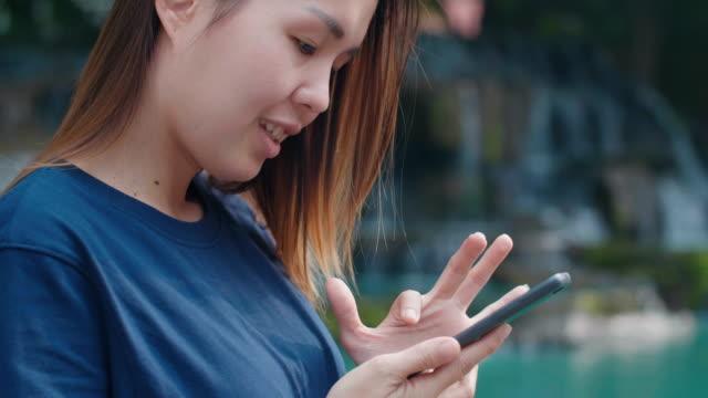 vidéos et rushes de cu: femmes à l'aide de téléphone dans le parc national de la puce - doigt humain