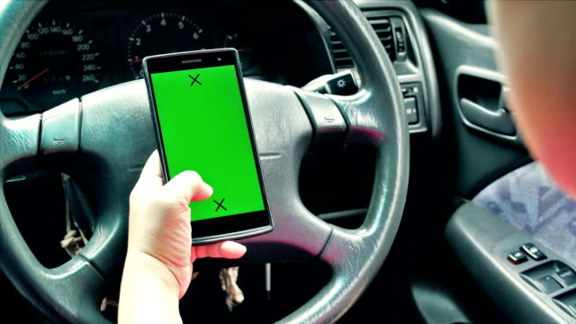 Plano aproximado de mulher usando telefone inteligente no carro, Tela verde