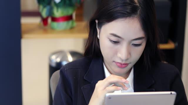 Frauen mit Smartphone und tablet