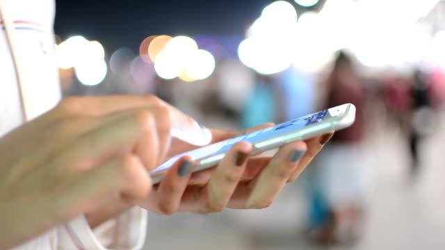Frauen mit smartphone, Nacht