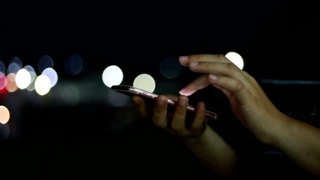 Frauen mit smartphone und Nacht.