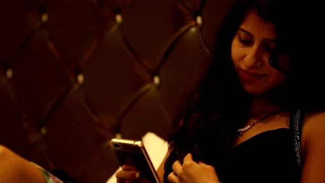 vídeos de stock, filmes e b-roll de mulheres que utilizam smartphone - full hd format