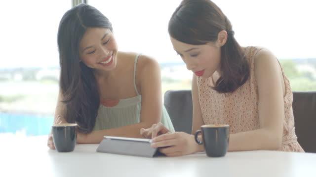 women using tablet and talking - mitarbeiterengagement stock-videos und b-roll-filmmaterial