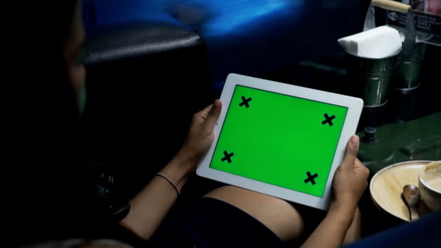 Frauen mit tablet-Smartphone mit der green-screen