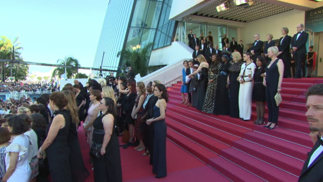 vídeos de stock e filmes b-roll de women walk the red carpet - 'girls of the sun' red carpet arrivals - the 71st cannes film festival at grand theatre lumiere on may 12, 2018 in... - festival cinematográfico