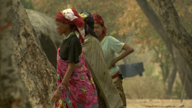stockvideo's en b-roll-footage met women walk through a village. available in hd - namibië