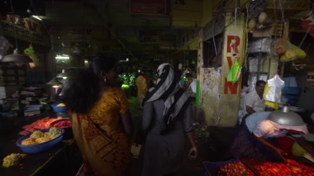 vídeos de stock e filmes b-roll de women walking at india flower market - feirante