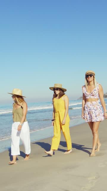 vídeos y material grabado en eventos de stock de mujeres caminando en la playa - dorado color