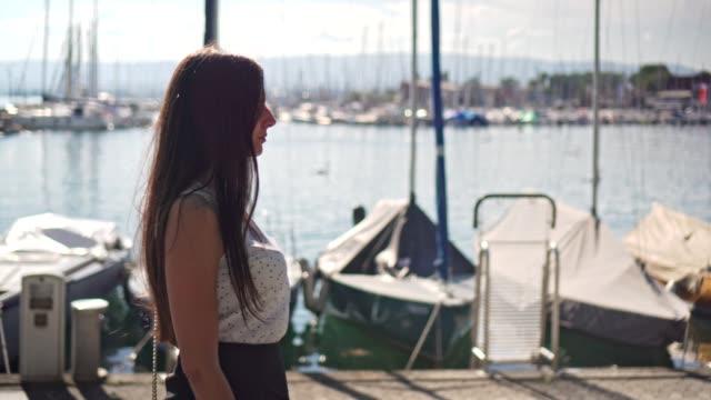 ボートで歩く女性 - switzerland点の映像素材/bロール
