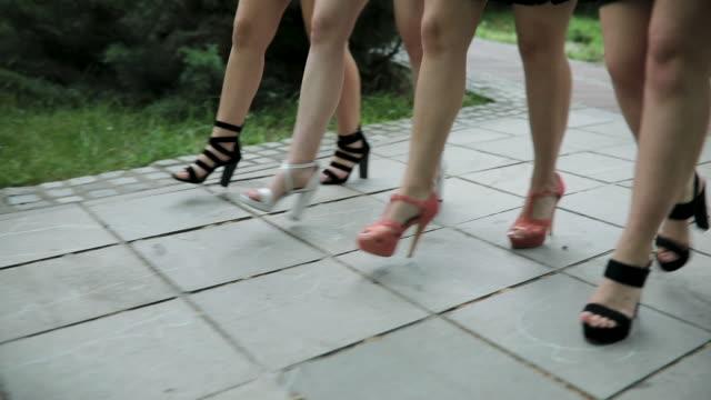 donne che camminano con i tacchi alti - fashion show video stock e b–roll