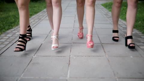 vídeos y material grabado en eventos de stock de mujeres caminando en tacones - feminidad