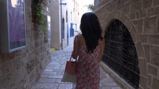 women walking in old jaffa street - ジャファ点の映像素材/bロール