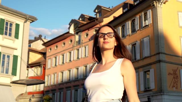 vídeos de stock, filmes e b-roll de mulheres andando em vavey, suíça - calção