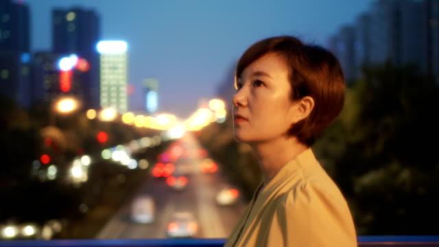 vidéos et rushes de femmes marchant sur la passerelle au coucher du soleil - profil