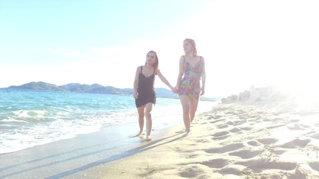 Frau zu Fuß auf den Strand