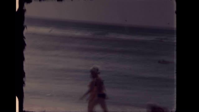 women walking on the beaches of waikīkī in the early 1960's - haarnetz stock-videos und b-roll-filmmaterial