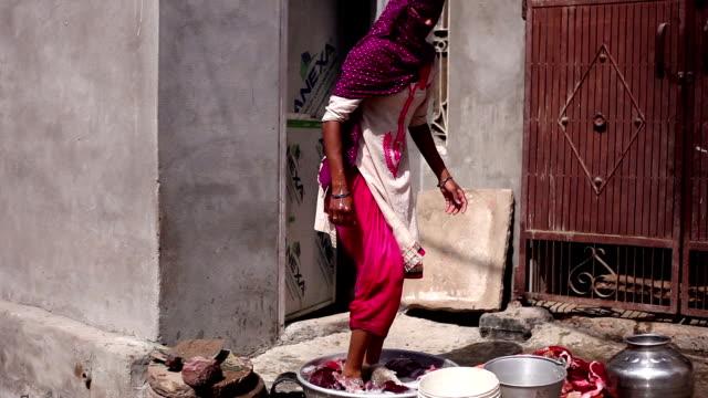 vídeos de stock e filmes b-roll de women washing clothes - tubo