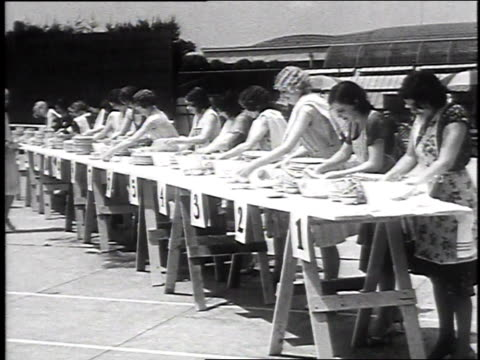 vidéos et rushes de 1930 montage women washing dishes during speed contest / los angeles, california, usa - homme dans un groupe de femmes