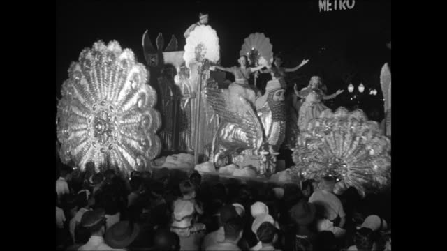 women waving from floats passing on street ms young boy watching in crowd ms dragon float passing ms brazilian native drum band playing ms native... - festwagen stock-videos und b-roll-filmmaterial