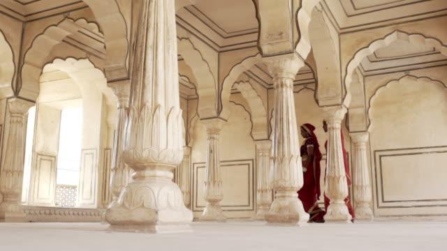 Women wearing saris. Jaipur. Rajasthan, India.