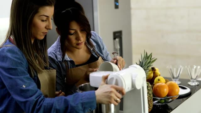 vídeos y material grabado en eventos de stock de mujeres la crema para batir - ingrediente