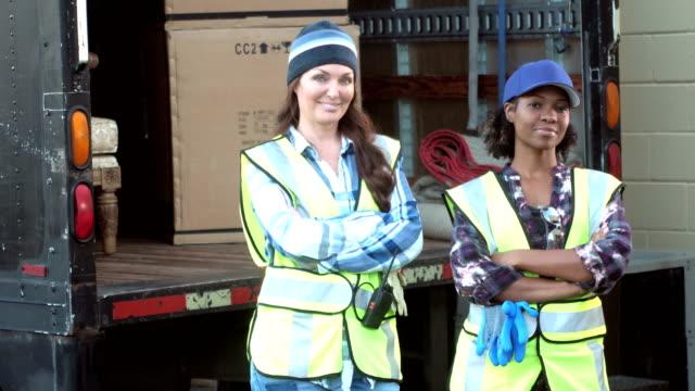 ボックスを提供するトラックを持つ女性 - トラック運転手点の映像素材/bロール