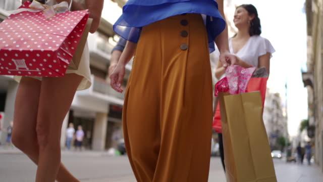 vidéos et rushes de femmes avec des sacs à provisions - sac de shopping