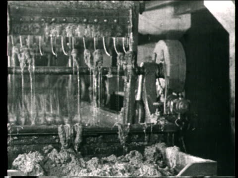 1925 montage b/w ms women working at machine in factory/ ms man working with pulp from paper mill machine/ russia - 状態点の映像素材/bロール