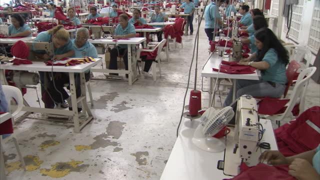 ws pan women working at sewing factory / cabimas, zulia, venezuela - textilfabrik stock-videos und b-roll-filmmaterial