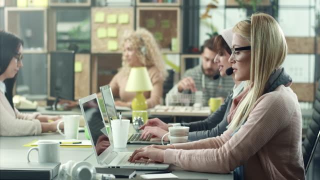 コール センターで働く女性